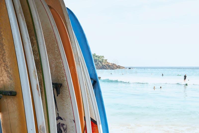 Diverso tablero de resaca en fondo del océano de la playa de la arena imagen de archivo
