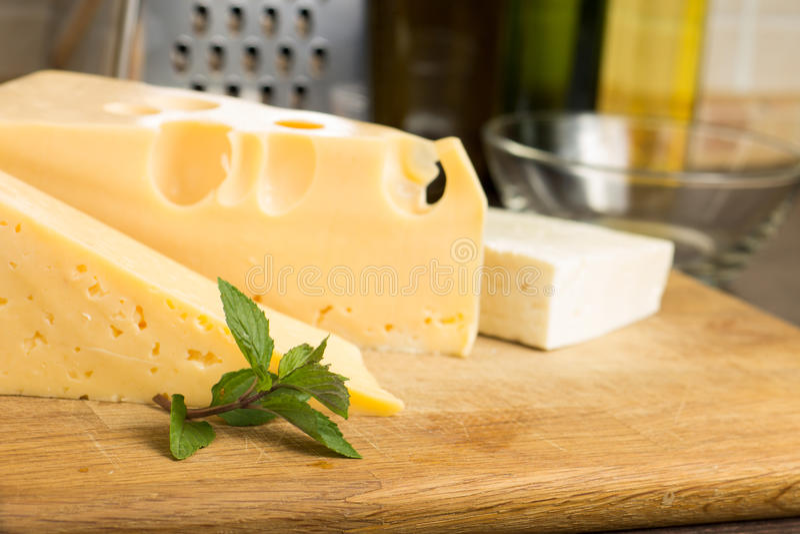 Diverso tipo de queso en el tablero de madera foto de archivo