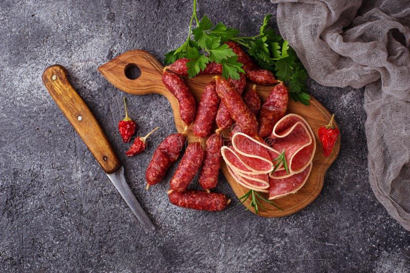 Diverso tipo de salami italiano imagen de archivo