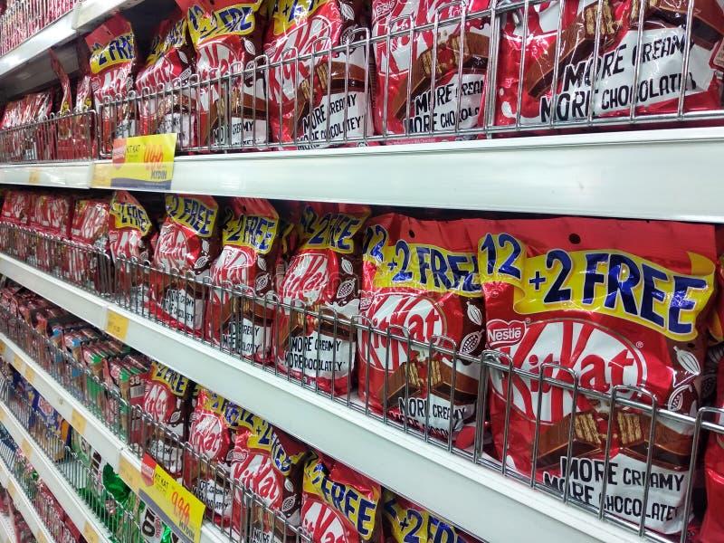 Diverso tipo y marca de producto del chocolate llenos en el empaquetado agradable foto de archivo