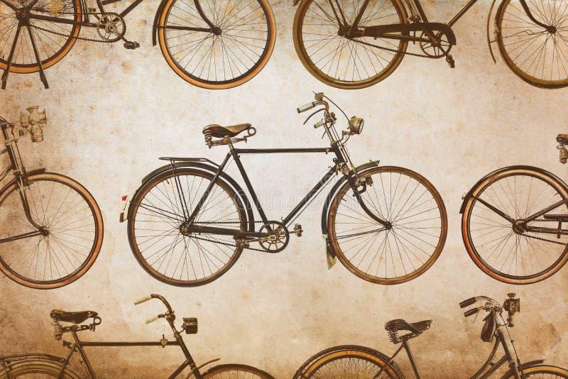 Diverso vintage aherrumbró las bicicletas aisladas en blanco fotos de archivo