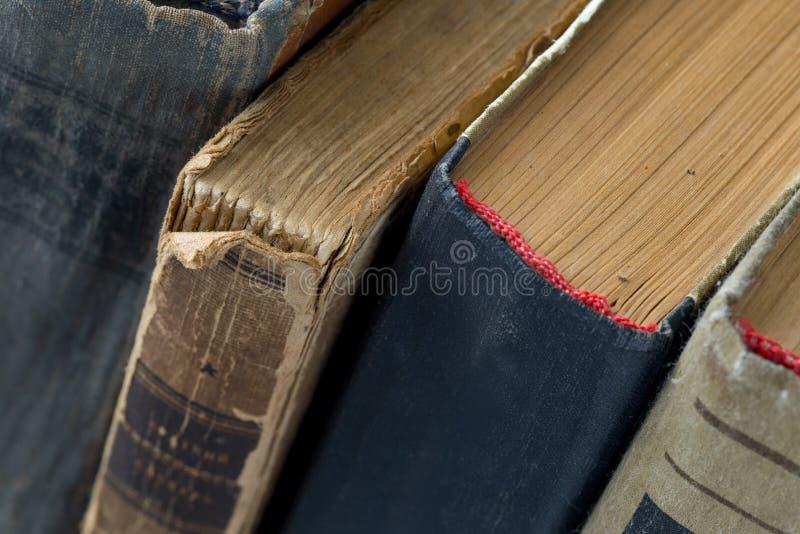 Diverso vintage, anticuario, libros hechos andrajos cerca para arriba fotos de archivo