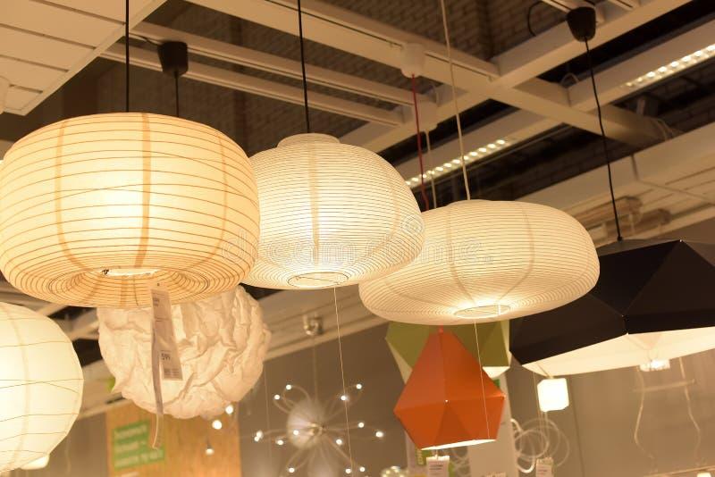 Diversos accesorios de iluminación, lámparas y nightlights en el sto de Ikea imagen de archivo libre de regalías