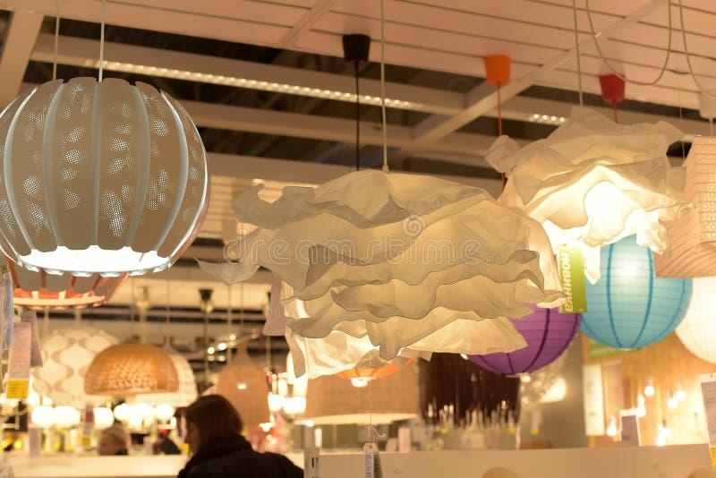 Diversos accesorios de iluminación, lámparas y nightlights en el sto de Ikea imágenes de archivo libres de regalías