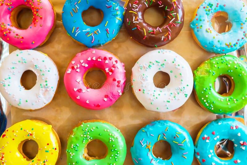 Diversos anillos de espuma cocidos, comida dulce En la bandeja imagen de archivo libre de regalías