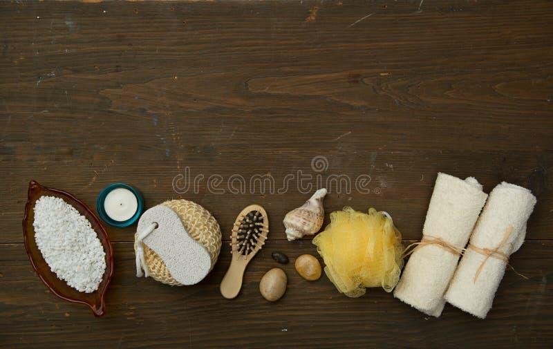 Diversos artículos del balneario en un fondo de madera imágenes de archivo libres de regalías