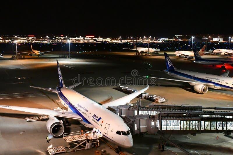 Diversos aviones de pasajeros durante la preparación del vuelo en Haneda Airpo fotos de archivo libres de regalías