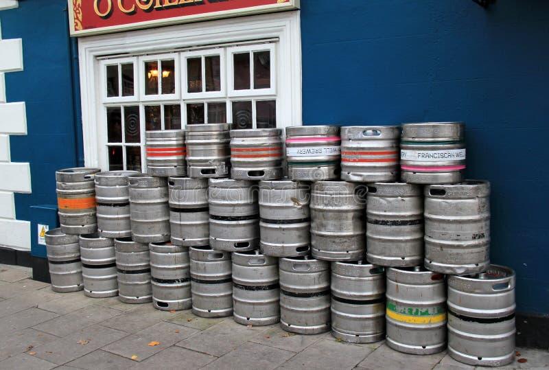 Diversos barris ajustaram o bar popular exterior, Pat Collins Bar, Adare, Irlanda, em outubro de 2014 fotos de stock royalty free