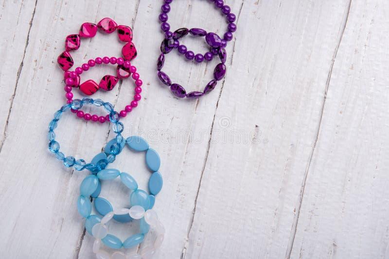 Diversos braceletes bonitos dos grânulos e as pedras do azul, picam imagem de stock royalty free