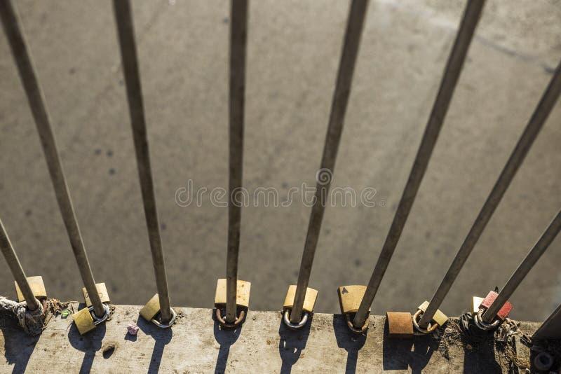 Diversos candados con los corazones exhaustos atados en un puente imágenes de archivo libres de regalías