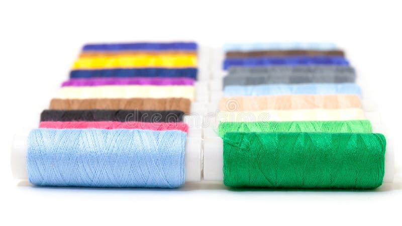 Diversos carretéis multicoloridos da linha foto de stock