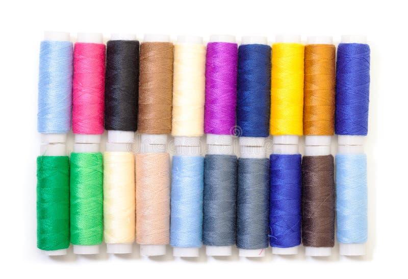 Diversos carretéis multicoloridos da linha imagens de stock