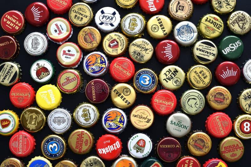 Diversos casquillos de la botella de cerveza fotos de archivo