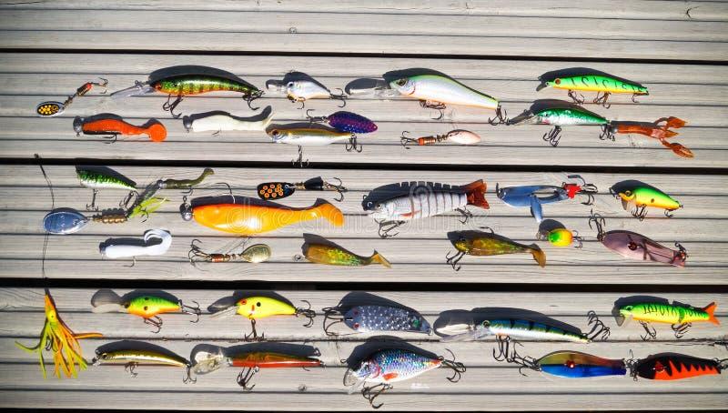 Diversos cebos para coger pescados depredadores en el giro fotos de archivo