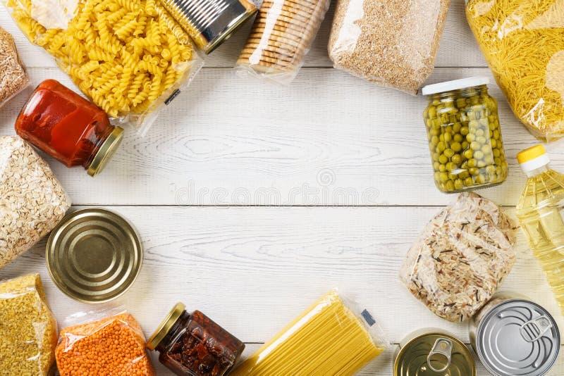 Diversos cereales, granos, pastas y comida enlatada crudos fotos de archivo libres de regalías