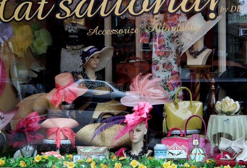 Diversos chapéus e livros de bolso elegantes na exposição para o tempo mais morno, Saratoga Springs do centro, New York, 2018 fotos de stock royalty free
