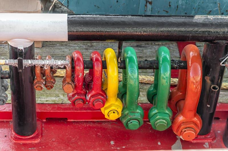 Diversos cierres del acero U que cuelgan en un carril de acero imagen de archivo libre de regalías