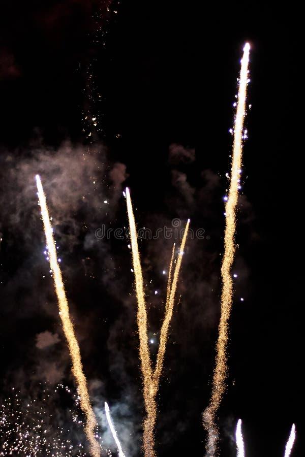 Diversos cohetes de lanzamiento de los fuegos artificiales imagen de archivo