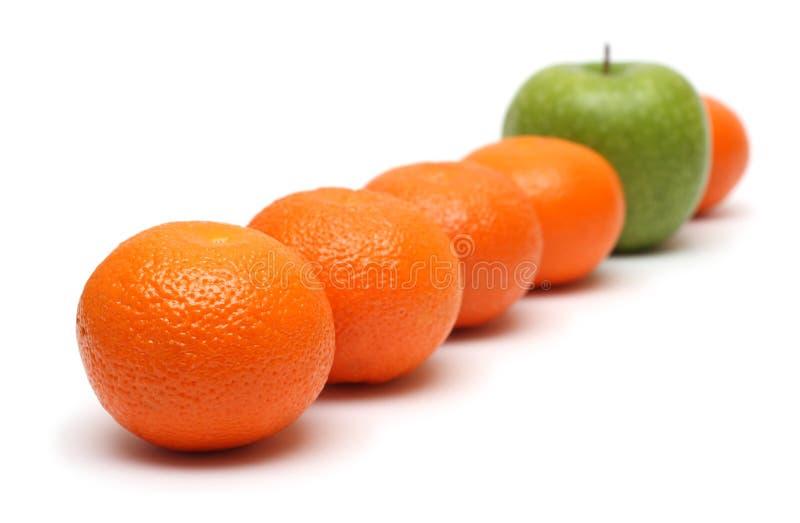 Diversos conceptos con los mandarines y la manzana imagenes de archivo