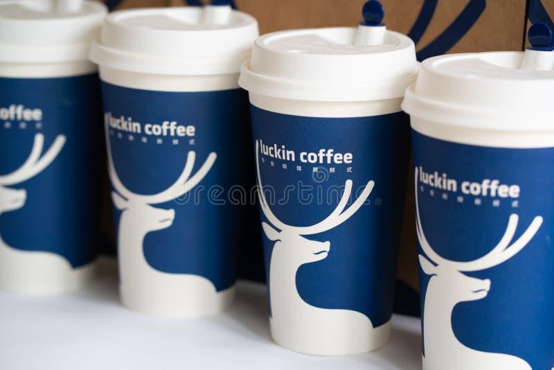 Diversos copos de café de Luckin a corrente chinesa nova das cafetarias imagens de stock royalty free