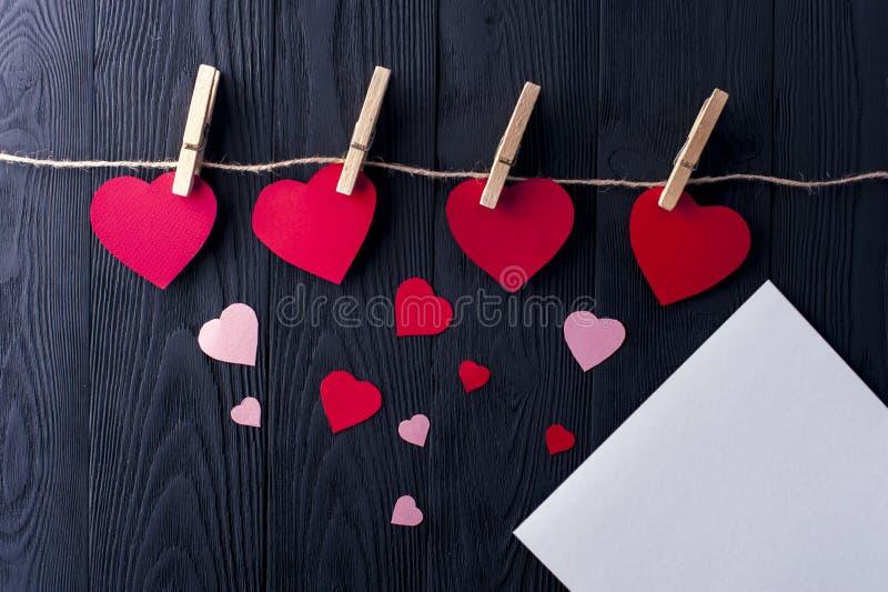 Diversos corazones con las pinzas y la hoja blanca foto de archivo libre de regalías