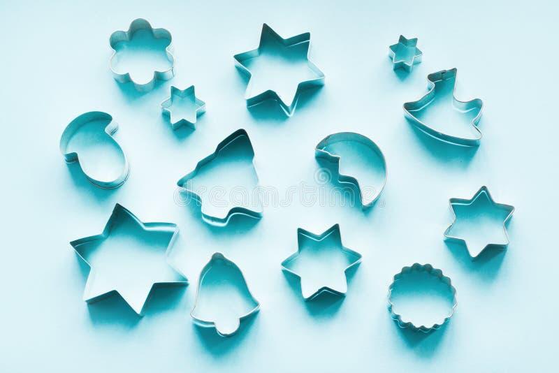 Diversos cortadores Navidad-temáticos de la galleta en azul Tarjeta del día de fiesta Visión desde arriba Modelo de Navidad imágenes de archivo libres de regalías