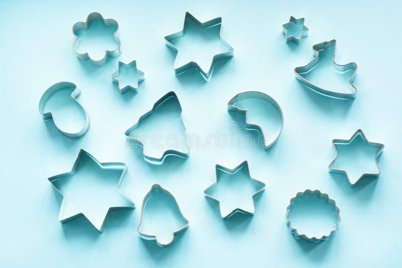 Diversos cortadores Navidad-temáticos de la galleta Cortadores de la galleta de la Navidad en rosa Tarjeta del día de fiesta imagen de archivo libre de regalías