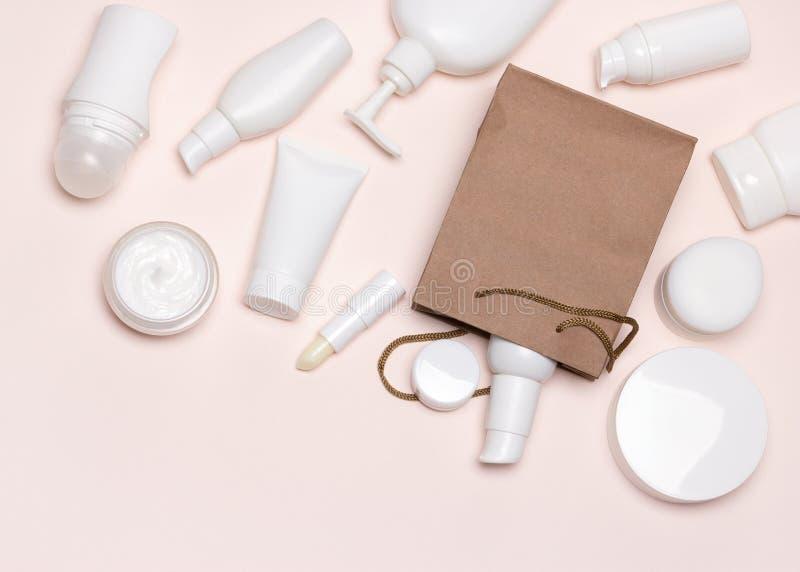 Diversos cosméticos y bolso de la mercancía del papel flatlay imagen de archivo