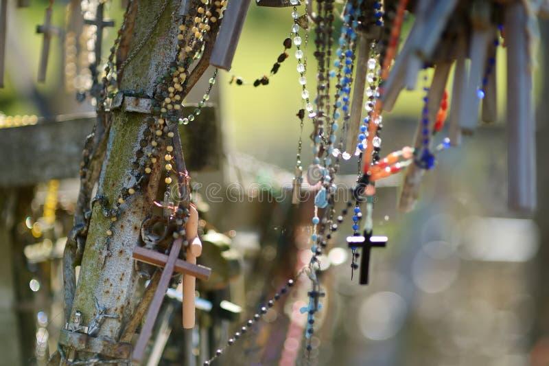 Diversos cruces y crucifijos de madera en la colina de cruces, un sitio del peregrinaje cerca de Siauliai, Lituania foto de archivo libre de regalías