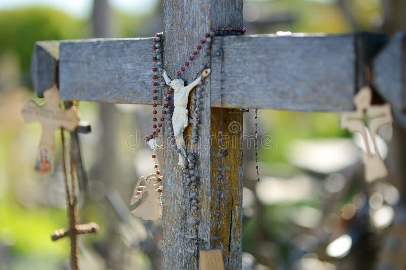 Diversos cruces y crucifijos de madera en la colina de cruces, un sitio del peregrinaje cerca de Siauliai, Lituania foto de archivo