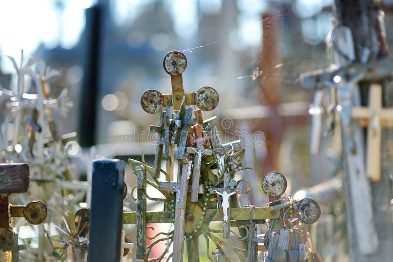 Diversos cruces y crucifijos de madera en la colina de cruces, un sitio del peregrinaje cerca de Siauliai, Lituania fotos de archivo