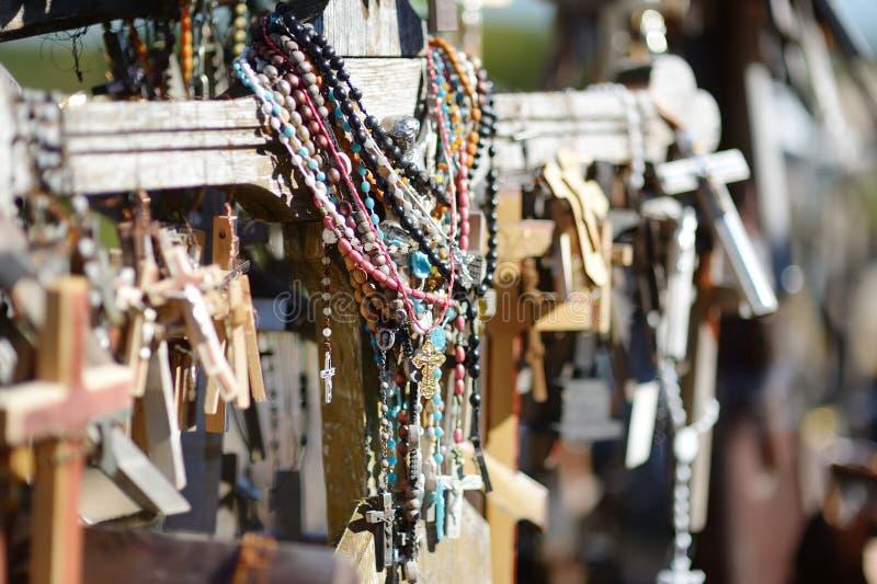 Diversos cruces y crucifijos de madera en la colina de cruces, un sitio del peregrinaje cerca de Siauliai, Lituania fotos de archivo libres de regalías