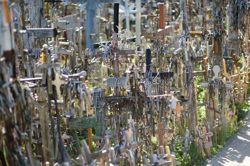 Diversos cruces y crucifijos de madera en la colina de cruces, un sitio del peregrinaje cerca de Siauliai, Lituania imagen de archivo