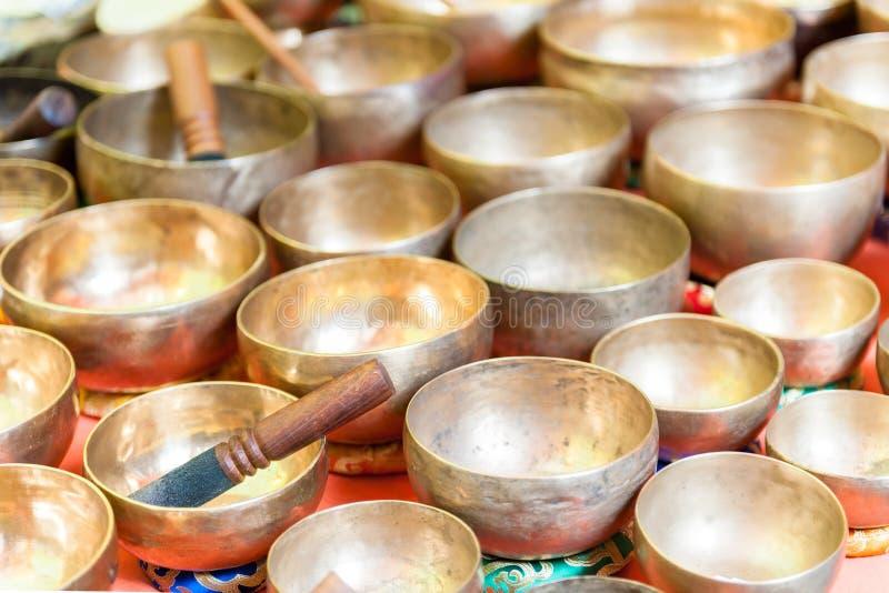Diversos envases aislados del metal hechos de handcrafted foto de archivo libre de regalías