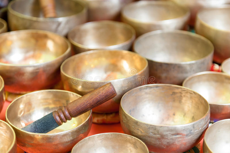 Diversos envases aislados del metal hechos de handcrafted imágenes de archivo libres de regalías