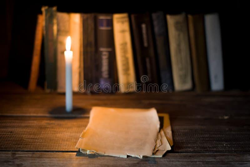 Diversos folha de papéis vazios encontram-se em uma tabela de madeira imagem de stock