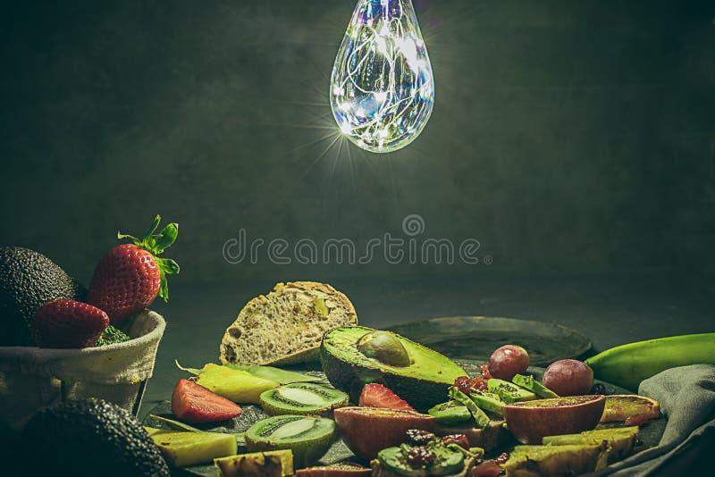 Diversos frutos tropicais fruto dos abacates, do abacaxi, das morangos, do kiwifruit, das laranjas pigmentadas, o fresco, o orgân fotografia de stock
