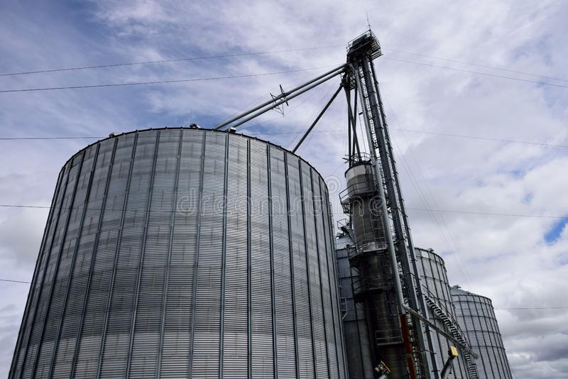 Diversos grandes silos agrícolas de aço do armazenamento usados cultivando imagens de stock