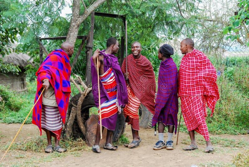 Diversos hombres en un pueblo rural en África foto de archivo