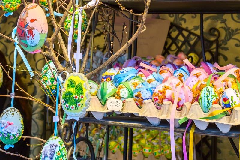 Diversos huevos de Pascua pintados coloridos en el árbol en el mercado europeo tradicional fotos de archivo libres de regalías