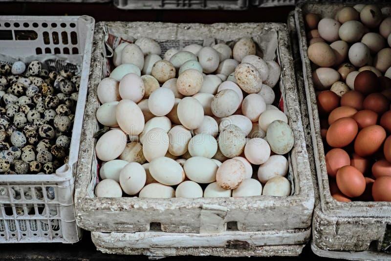 Diversos huevos en el viejo cuarto en Hanoi fotos de archivo