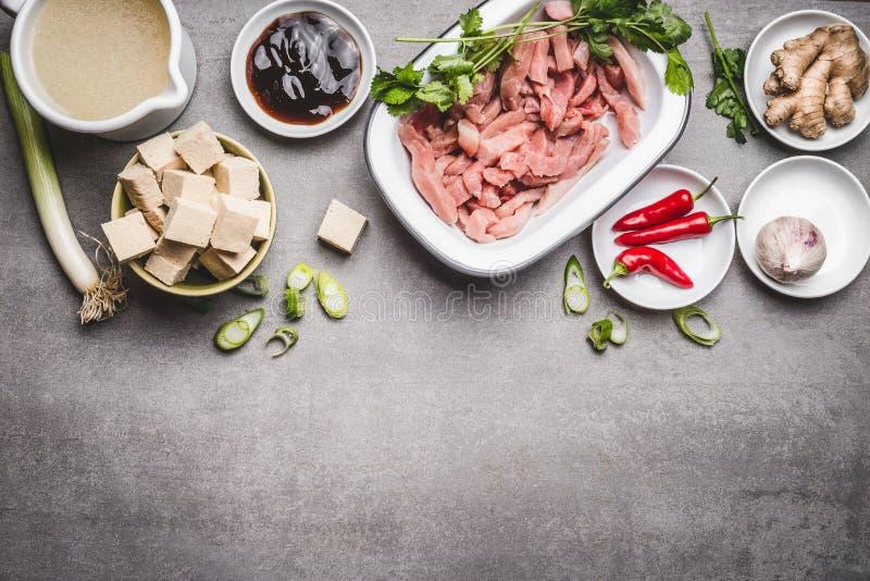 Diversos ingredientes asi ticos de la cocina con el queso for Ingredientes para cocinar