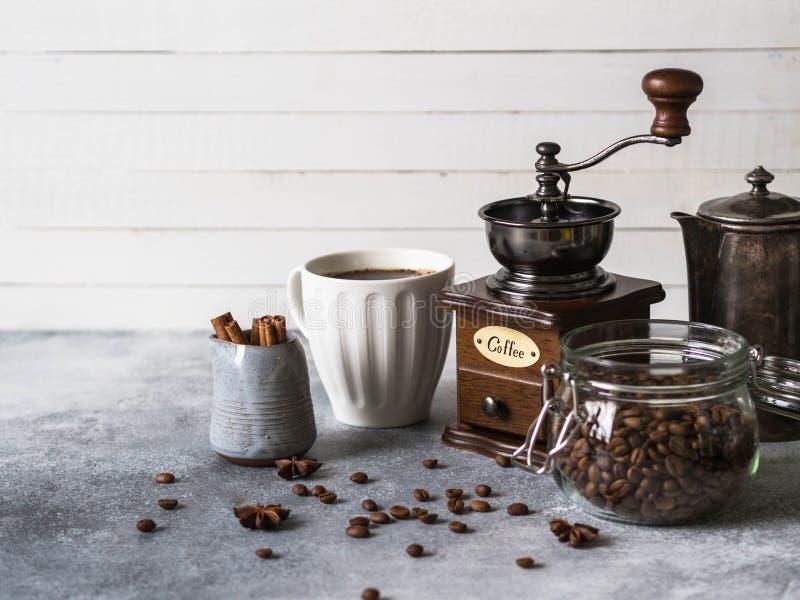 Diversos ingredientes para hacer el tarro con los granos de café, azúcar, cafetera del vintage, amoladora de café, taza del café, fotos de archivo libres de regalías