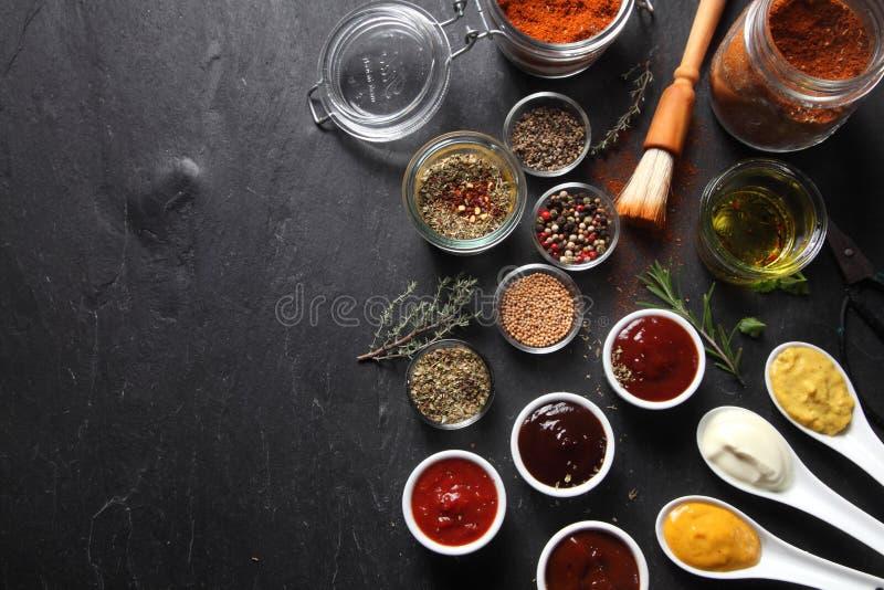 Diversos ingredientes picantes para la receta en la tabla imagen de archivo libre de regalías