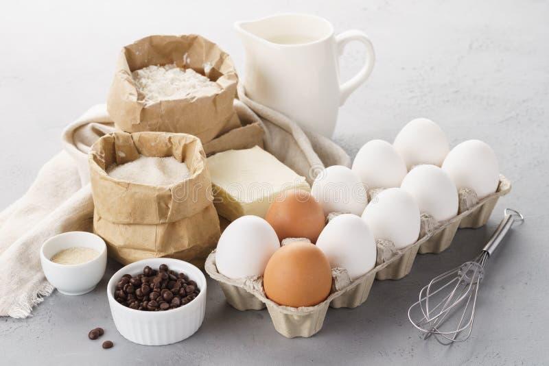Diversos ingredientes que cuecen para los pasteles dulces Receta de la pasta imagenes de archivo