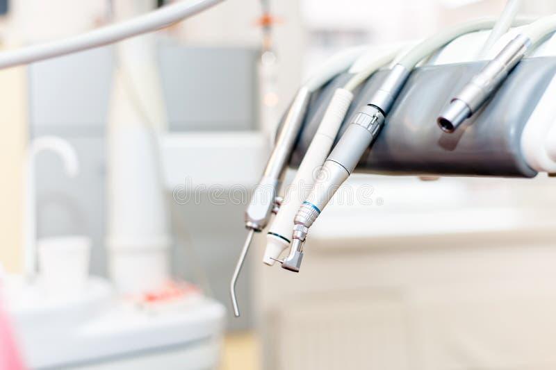 Diversos instrumentos y herramientas dentales en el dentista foto de archivo