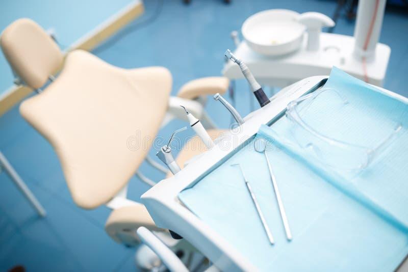 Diversos instrumentos y herramientas dentales en una oficina de los dentistas fotografía de archivo