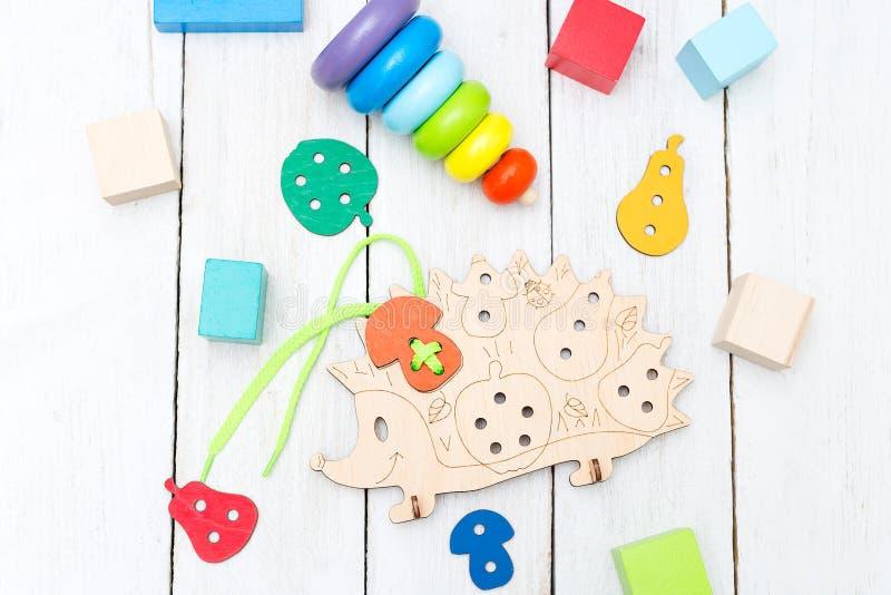 Diversos juguetes de madera educativos en un fondo de madera blanco imágenes de archivo libres de regalías