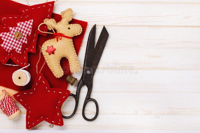 Diversos juguetes suaves por los días de fiesta de la Navidad hechos por propias manos fotos de archivo libres de regalías