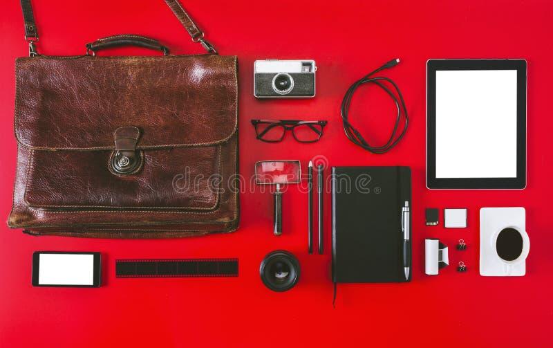 Diversos objetos de la fotografía en fondo rojo. imagenes de archivo